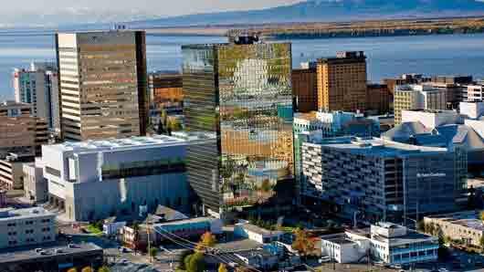 Крупнейший город Аляски с заповедным парком, где бережно хранят следы землетрясения.