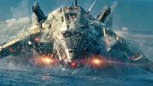 На что падают обломки корабля пришельцев из фантастического боевика «Морской бой»