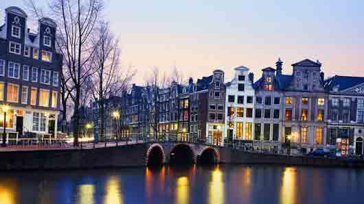 В каком городе родился философ Спиноза и умер художник Рембрандт