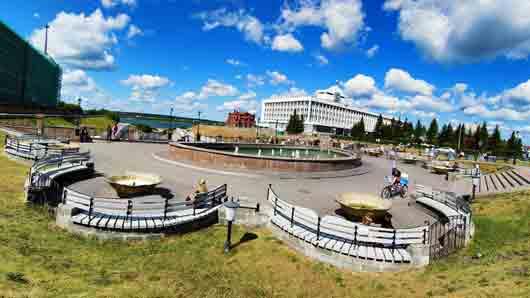 Какой валюте установили памятник в Томске