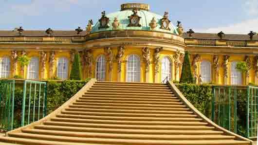 В какой город надо отправиться чтобы побывать во дворце Сан-Суси