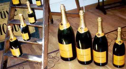 Бутылка шампанского вместимостью 4 с половиной литра