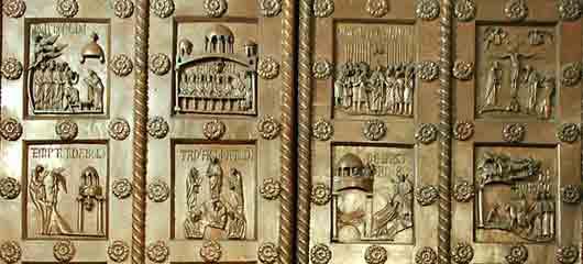 Каждый из хранителей бронзовых ворот храма масонов из романа «Утраченный символ» Дэна Брауна