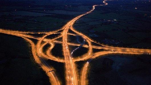 Из-за большого потока машин лондонская кольцевая дорога получила за глаза прозвище «Самая большая в мире ...»