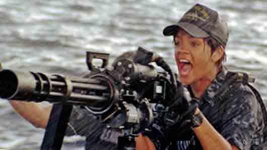 Какая певица производит решающий выстрел в боевике «Морской бой»