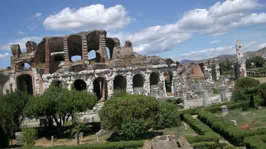 В каком городе располагалась гладиаторская школа, откуда вышел легендарный Спартак