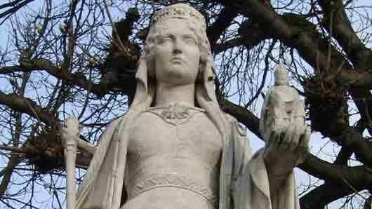 Одной из деталей бального платья этой толстовской героини был кружевной аксессуар, напоминающий нам то ли о жене немецкого фабриканта, то ли о матери великого короля