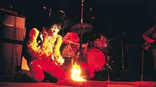 Первый в истории музыкант, который сжег на сцене собственную гитару