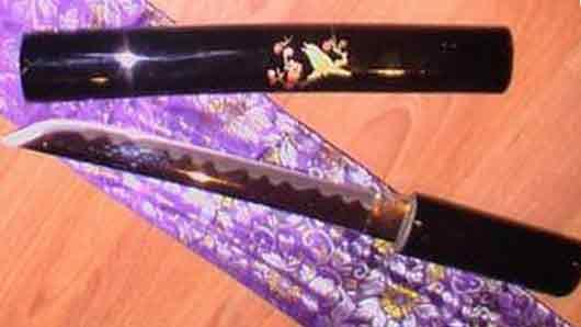Японский кинжал, спрятанный в складках одежды